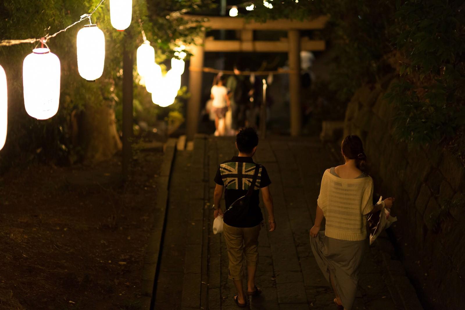 「神社のお祭りと恋人神社のお祭りと恋人」のフリー写真素材を拡大