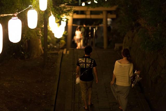 神社のお祭りと恋人の写真