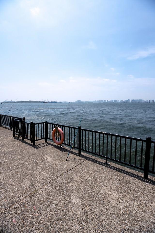 埠頭と釣竿の写真