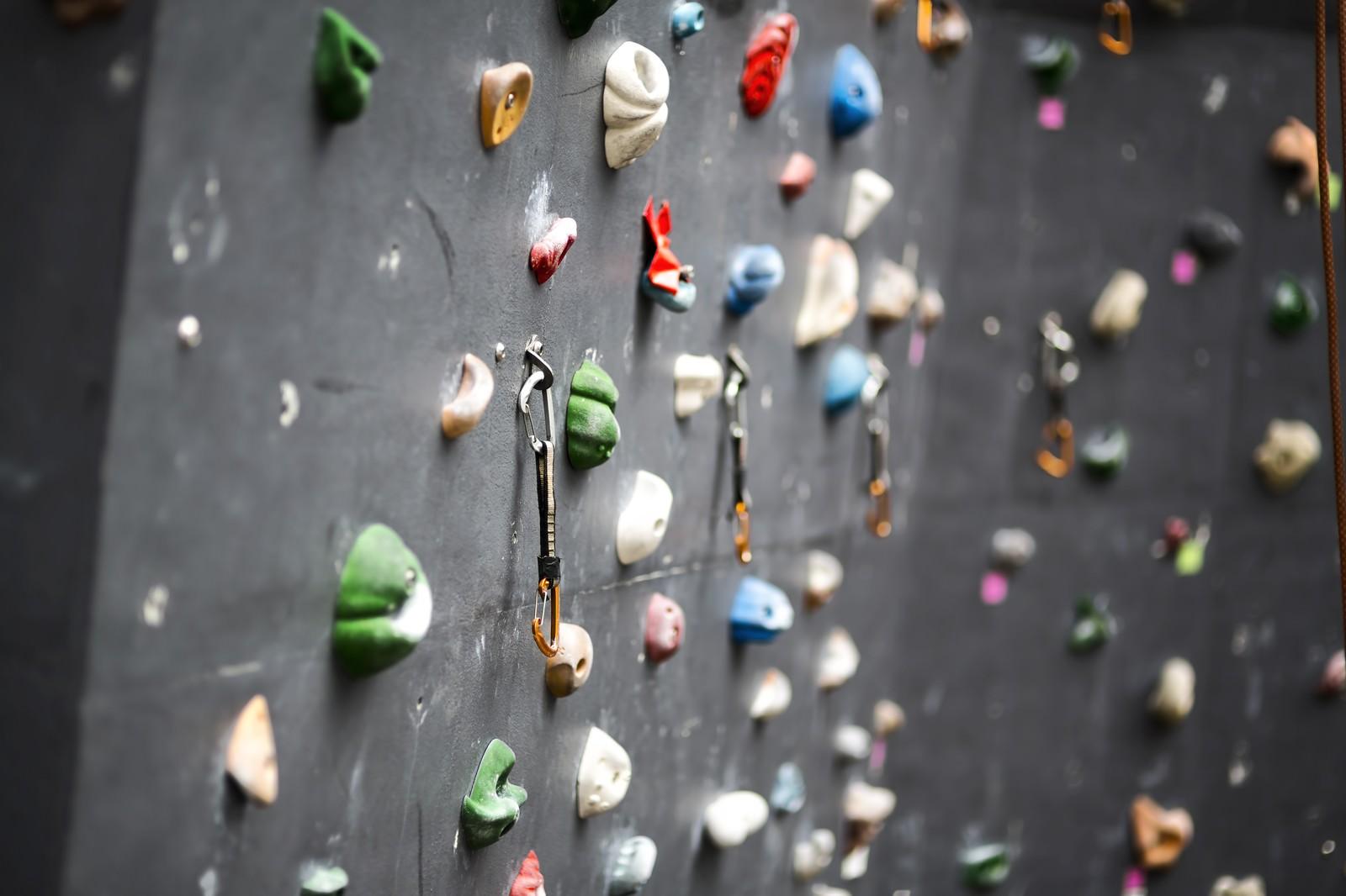 「ボルダリングの壁とホールド」の写真