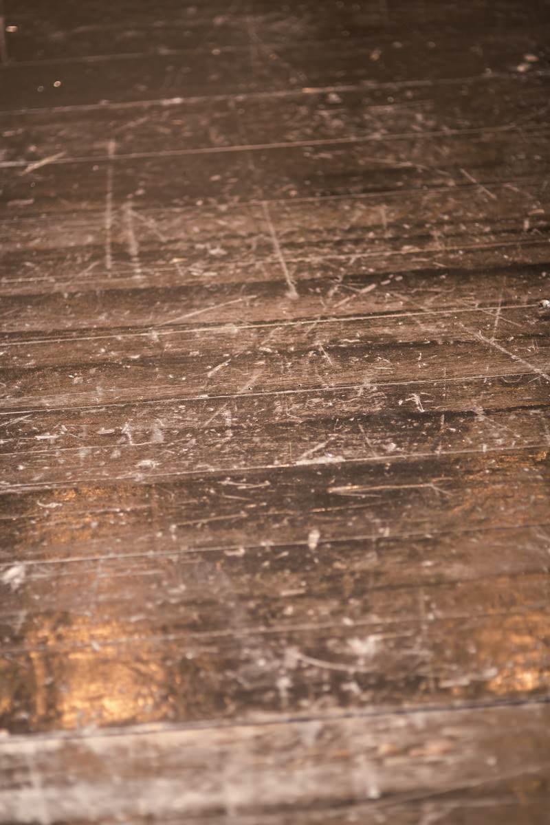 「傷だらけの木の床」の写真