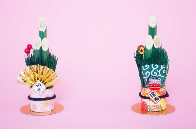 《年賀状》両端に置かれた門松の飾りの写真