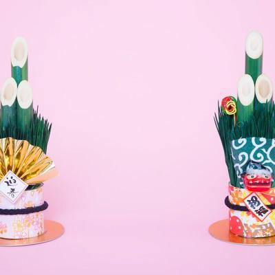 「《年賀状》両端に置かれた門松の飾り」の写真素材