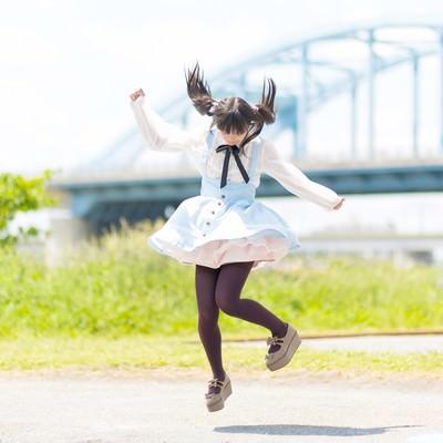 「ジャンプするツインテールの魔法少女」の写真素材
