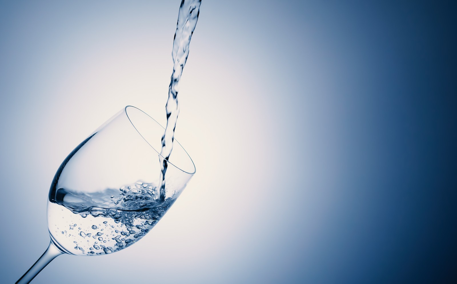 「グラスにお水をドボドボ」の写真