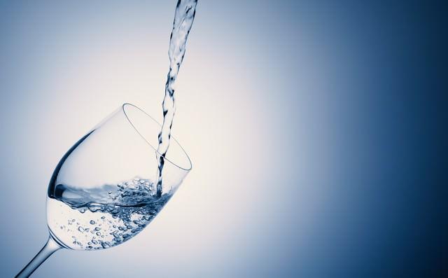 グラスにお水をドボドボの写真