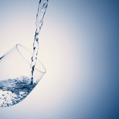「グラスにお水をドボドボ」の写真素材