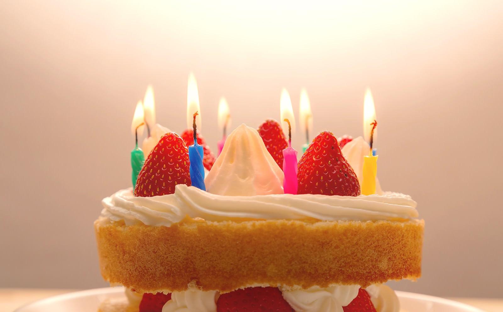 「ケーキのロウソクに火をつけて「おめでとう」ケーキのロウソクに火をつけて「おめでとう」」のフリー写真素材を拡大