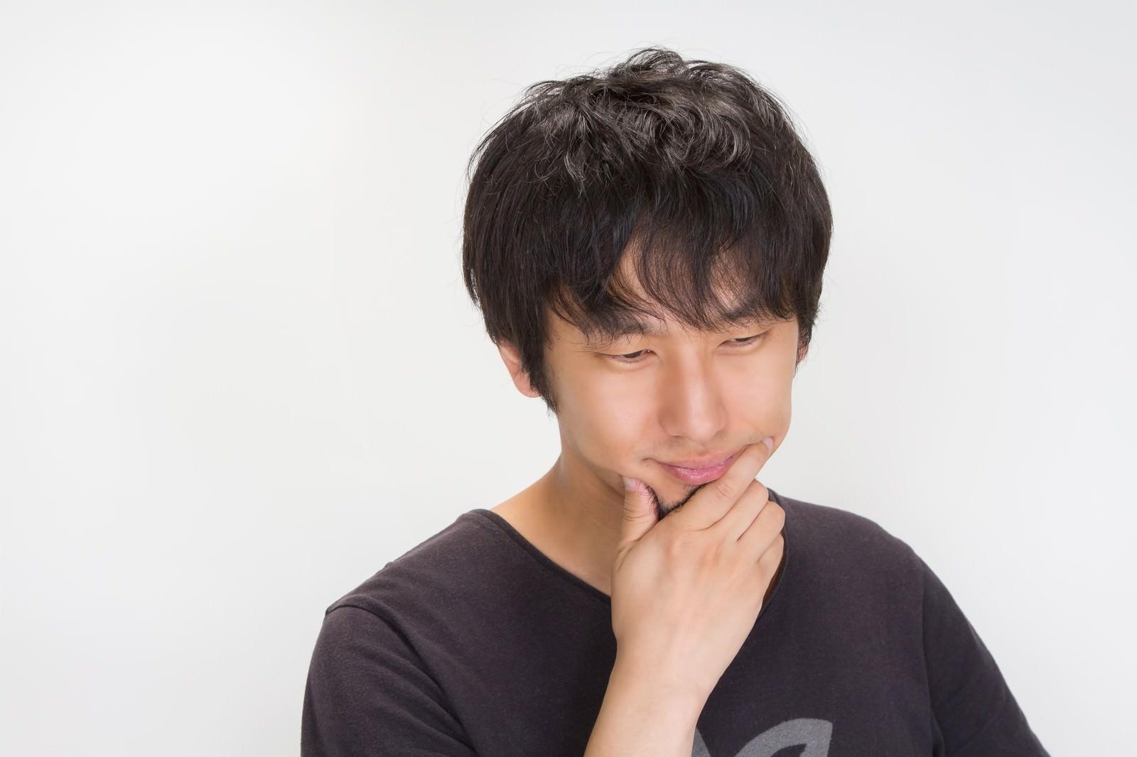 「考える若い男性考える若い男性」[モデル:大川竜弥]のフリー写真素材