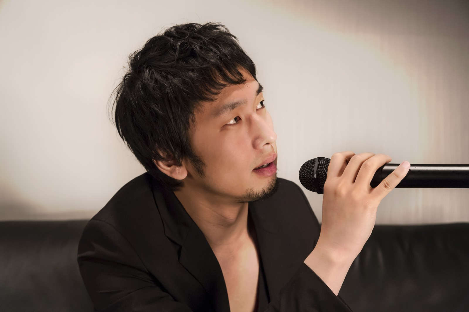 「カラオケを歌うホスト風の男性」の写真[モデル:大川竜弥]