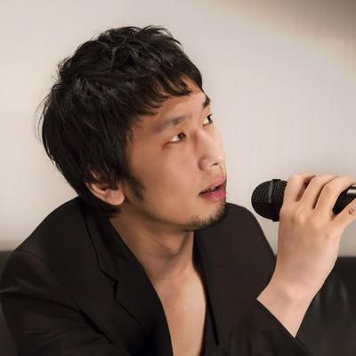 「カラオケを歌うホスト風の男性」の写真素材