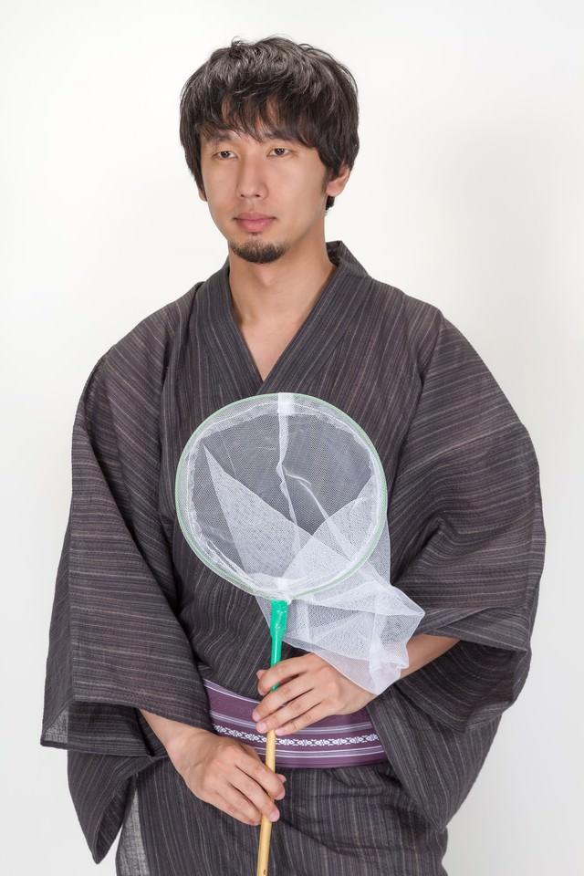 虫取り網を持った浴衣の男性の写真