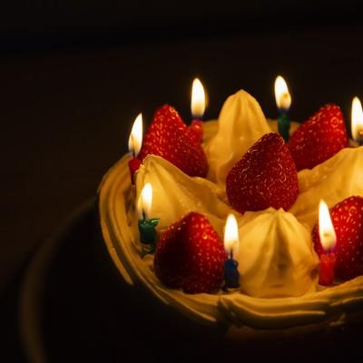 「ロウソクの明かりとイチゴのケーキ」の写真素材