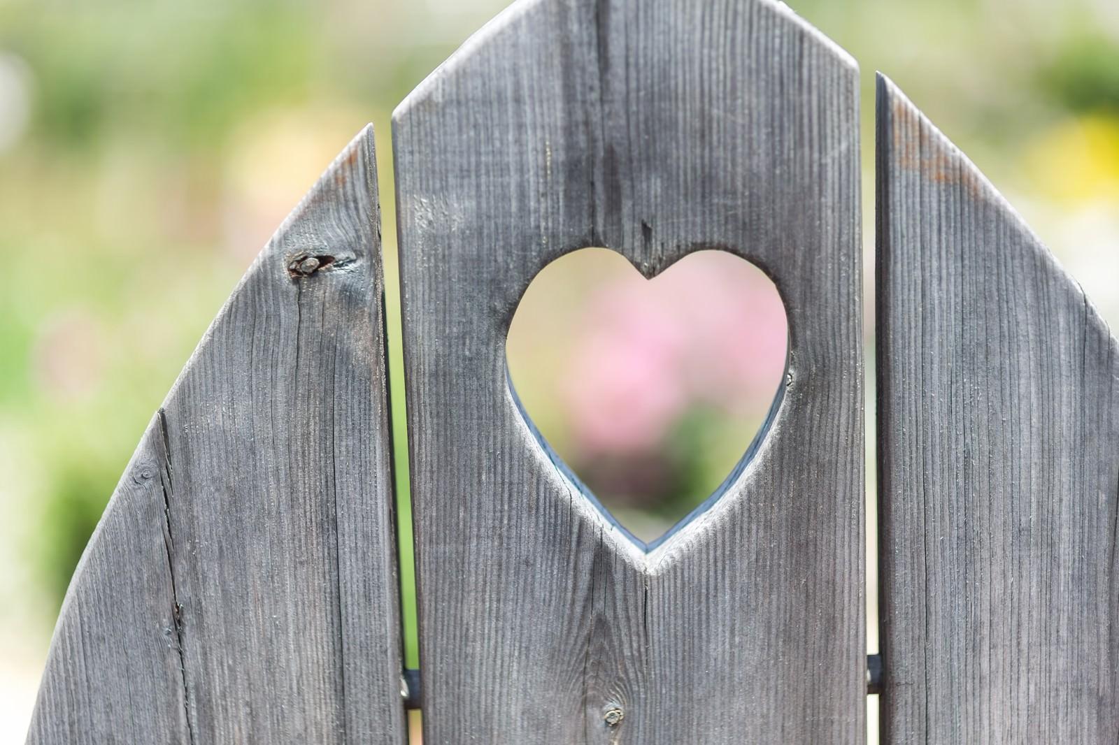 「ハート型に抜かれた木の板」の写真