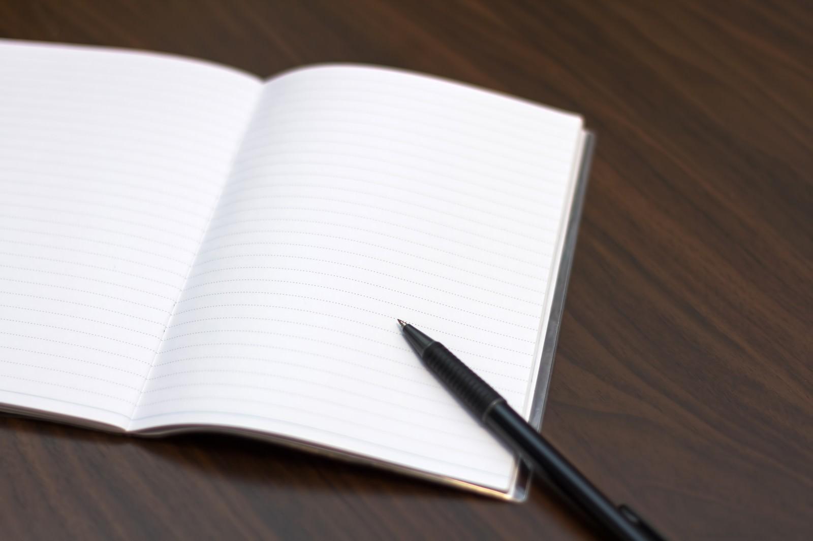 「見開きのノートとペン」の写真
