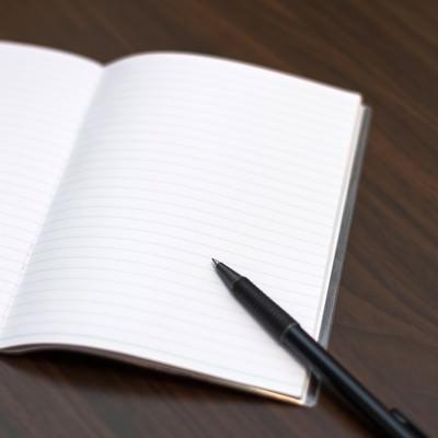 「見開きのノートとペン」の写真素材