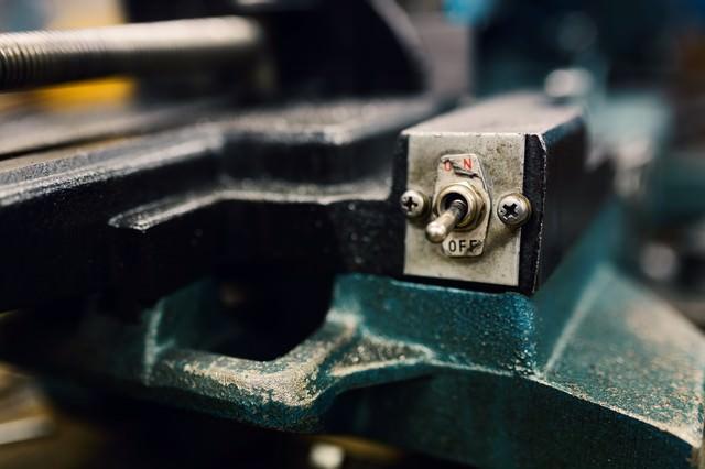 使い古された機械のスイッチの写真