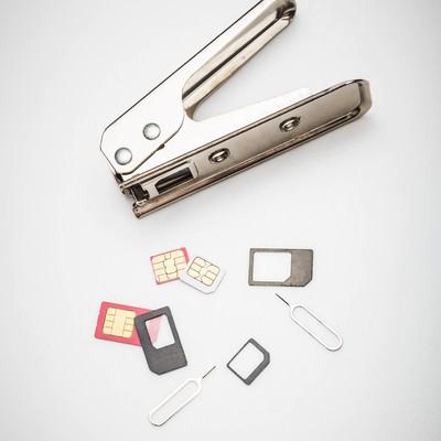 「SIMカッターとカットされたSIM」の写真素材