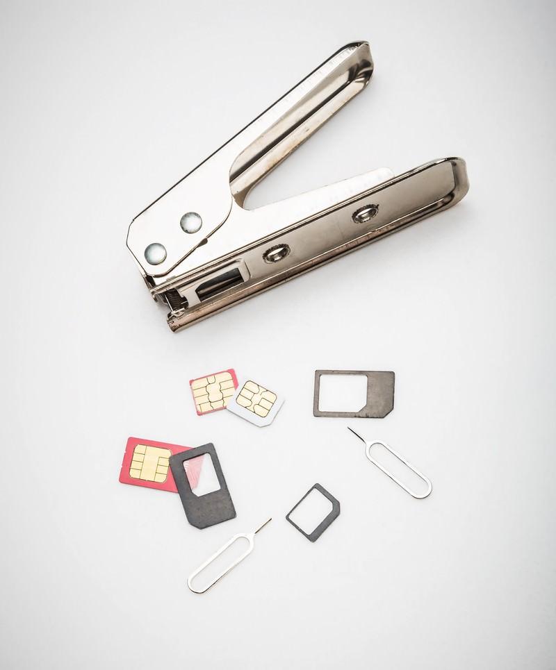 「SIMカッターとカットされたSIM | 写真の無料素材・フリー素材 - ぱくたそ」の写真