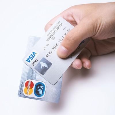 「クレジットカードを持つ手」の写真素材