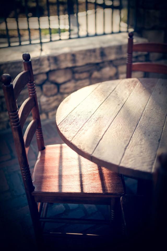 夕暮れのテーブルの写真