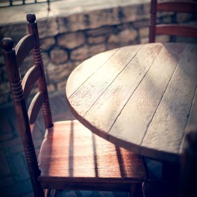 「夕暮れのテーブル」の写真素材
