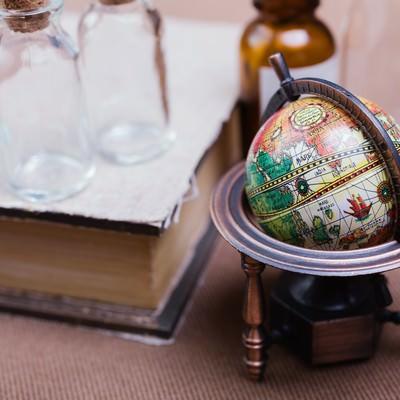 「地球儀と古書」の写真素材