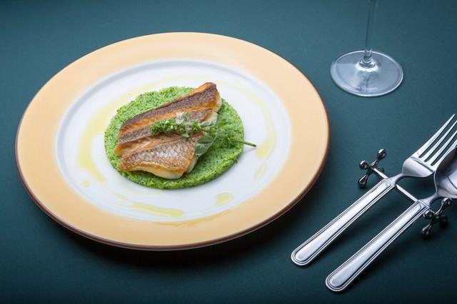 ブロッコリーソースに乗った真鯛のローストの写真