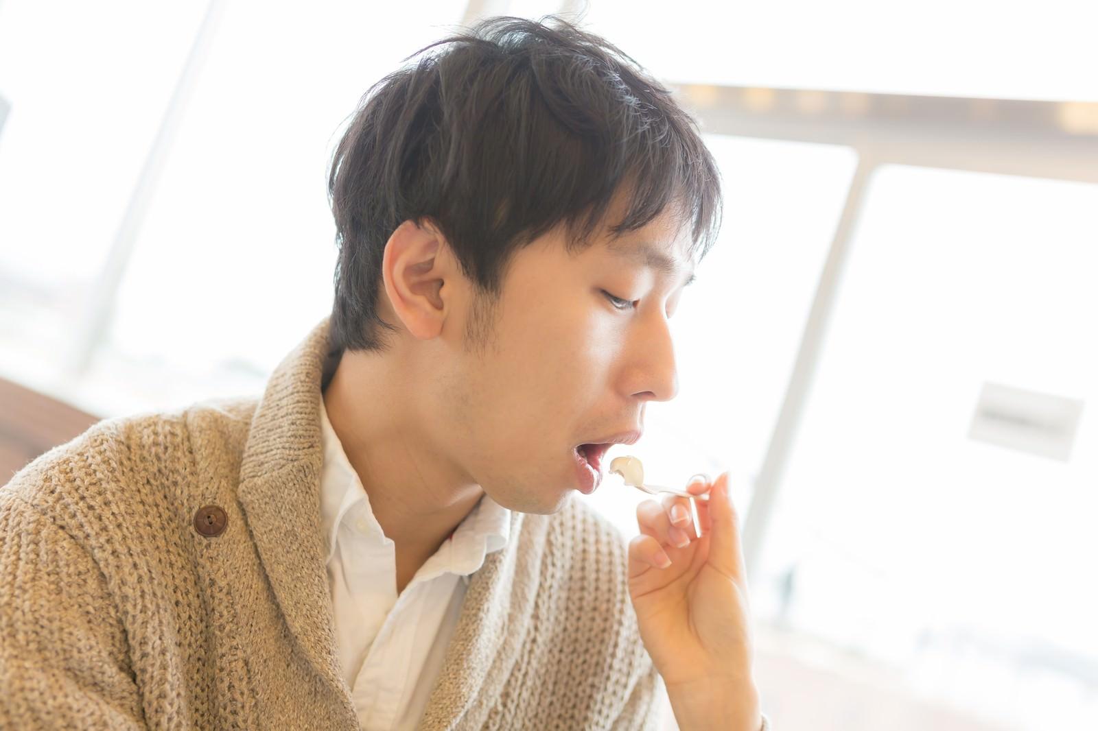 「カフェでアイスを「あーん」する男性カフェでアイスを「あーん」する男性」[モデル:大川竜弥]のフリー写真素材を拡大