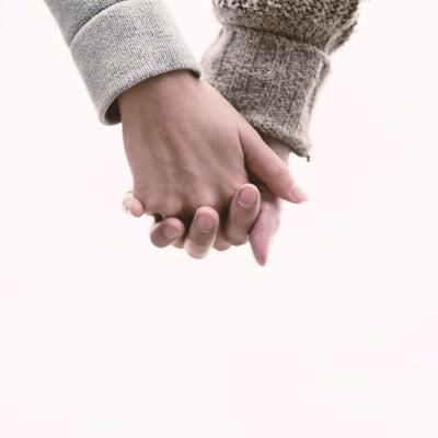 「恋人と手をつなぐ(Love握り)」の写真素材