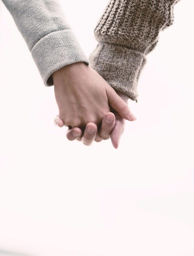 「恋人と手をつなぐ(Love握り)」の写真