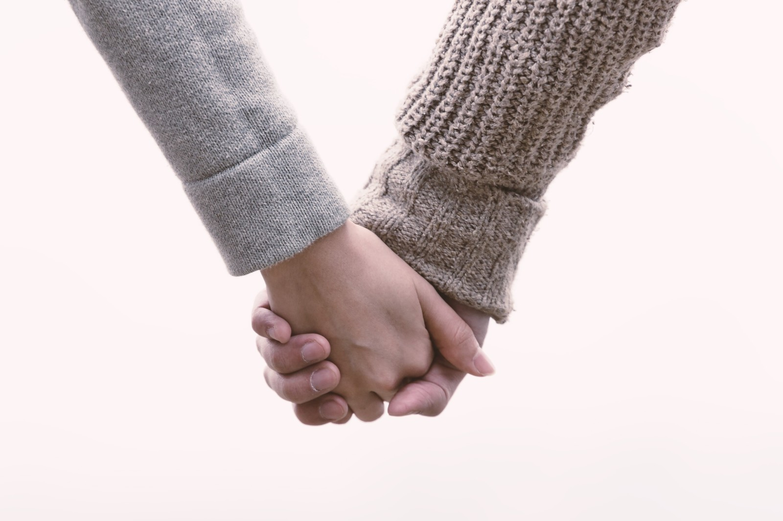 「恋人と手をつなぐ(交際間もない)恋人と手をつなぐ(交際間もない)」のフリー写真素材を拡大