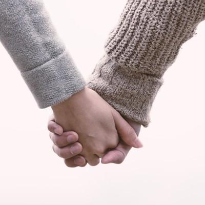 「恋人と手をつなぐ(交際間もない)」の写真素材