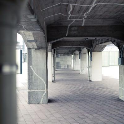 「ひび割れた橋の下」の写真素材