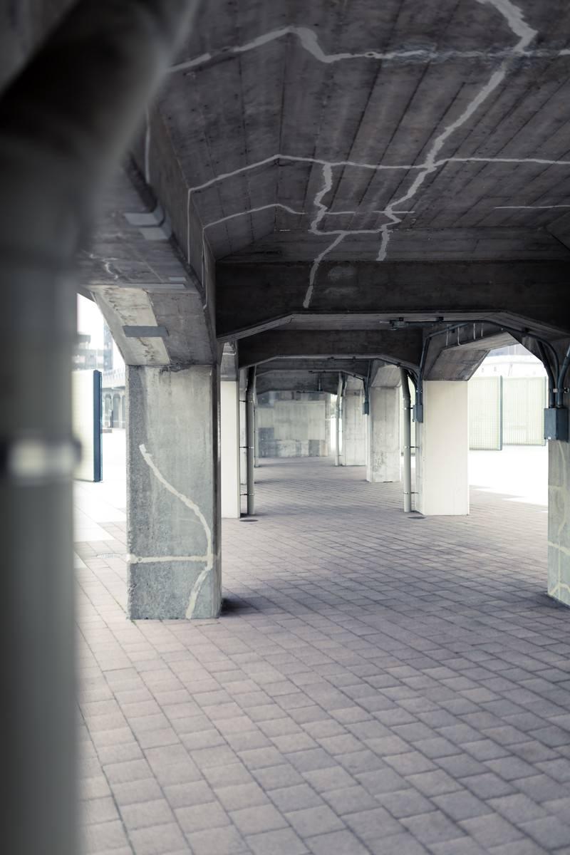 「ひび割れた橋の下」の写真