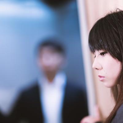 「苦手な上司と鉢合わせして顔をそらす女性社員」の写真素材