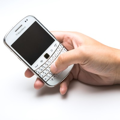 BlackBerryを操作する手の写真