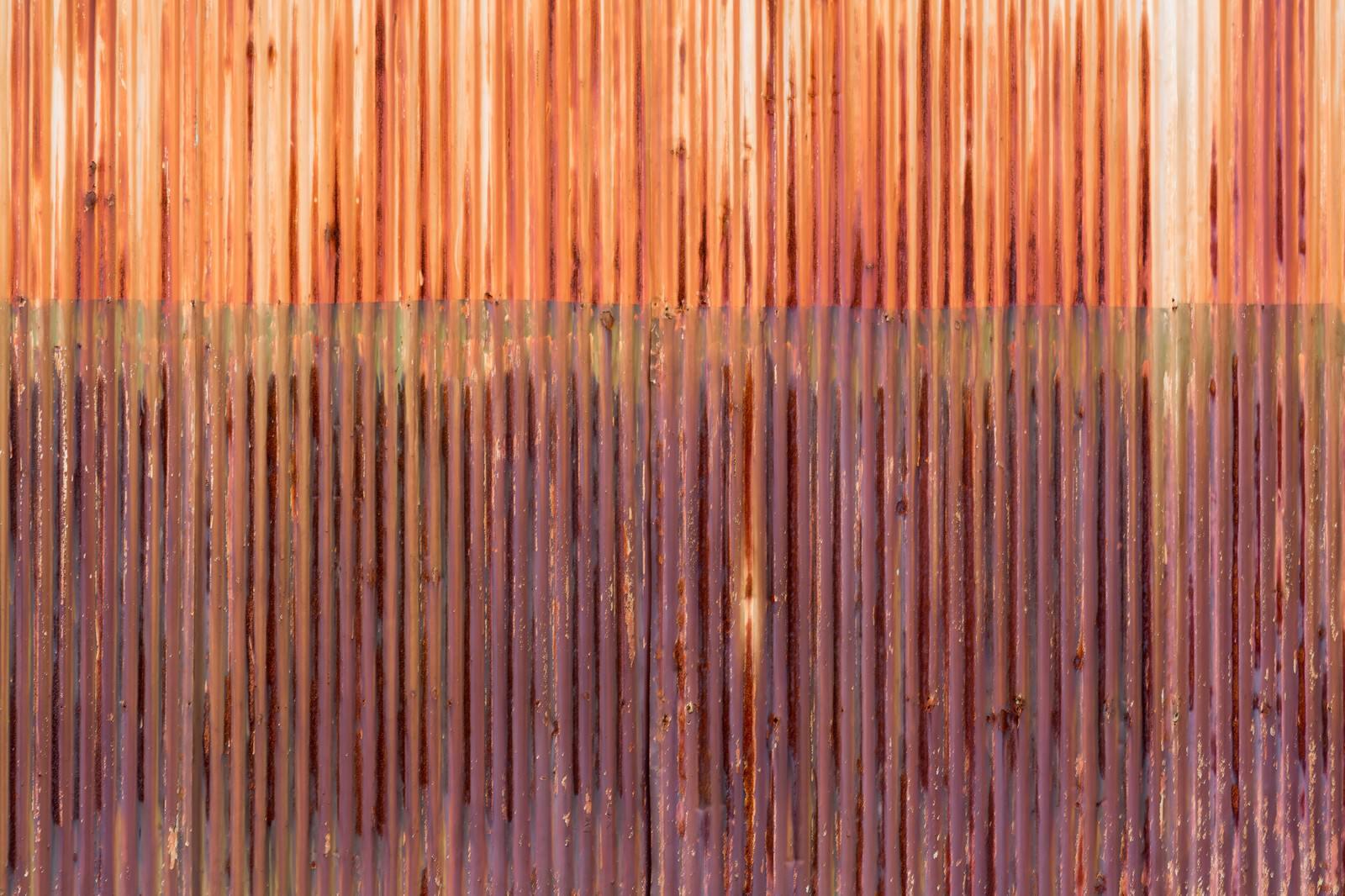 「赤く錆びたトタン(テクスチャー)」の写真