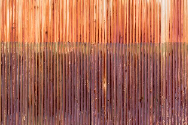 赤く錆びたトタン(テクスチャー)の写真