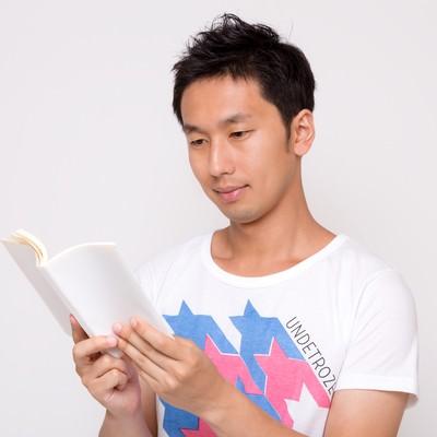 「読書する男性」の写真素材