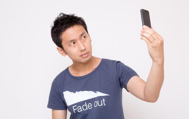 自撮りする男性の写真