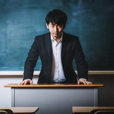 悪魔のような笑顔で経典を読み上げる高校教師の写真