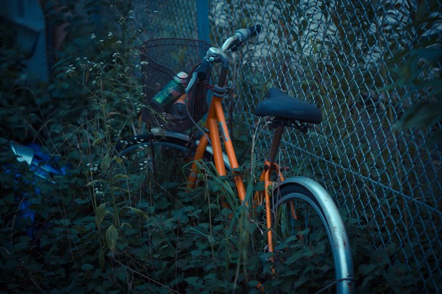 置き捨てられた自転車の写真