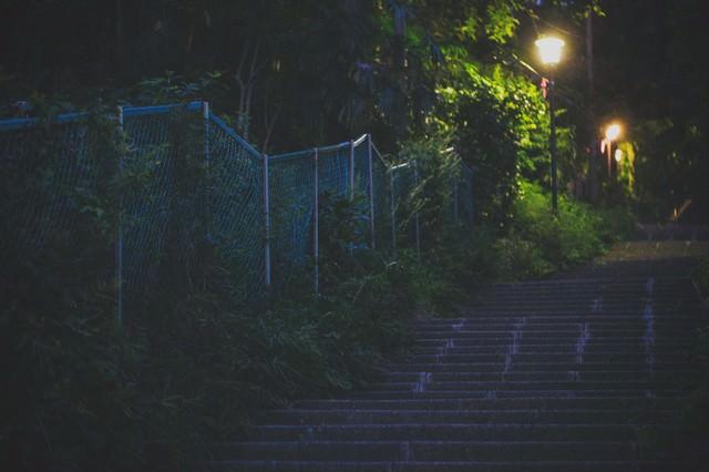 暗い階段と街灯の写真