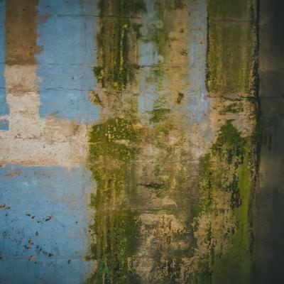 「塗装が剥がれ落ちた壁」の写真素材