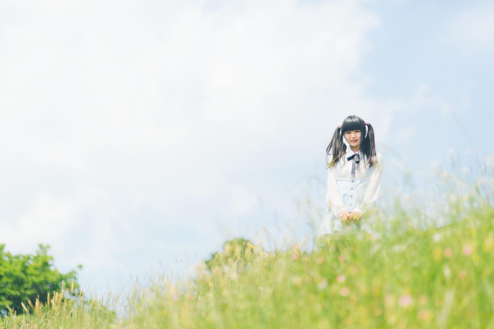 「野原とツインテールの女の子野原とツインテールの女の子」[モデル:こころ]のフリー写真素材を拡大