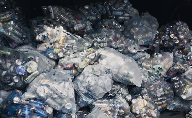 リサイクルに持ち込まれた空き缶の写真