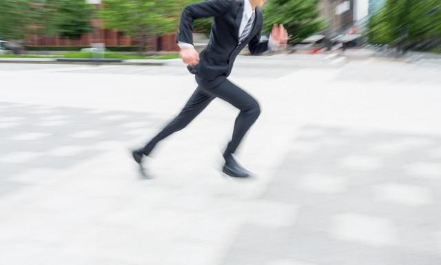駆け抜けるビジネスマンの写真