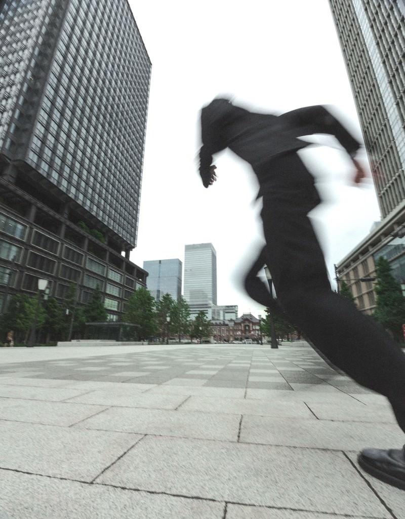「ダッシュするビジネスマン」の写真