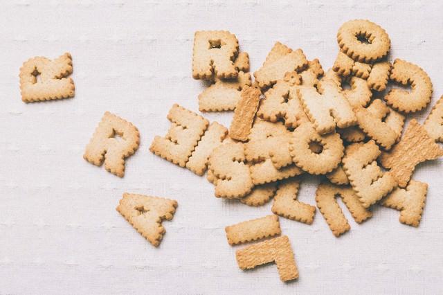 散らばった英語のクッキーの写真